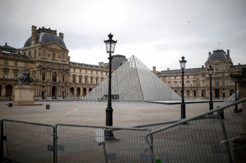 الهرم الزجاجي لمتحف اللوفر في باريس - متحف اللوفر في فرنسا يستعد لإعادة فتح أبوابه في السادس من يوليو