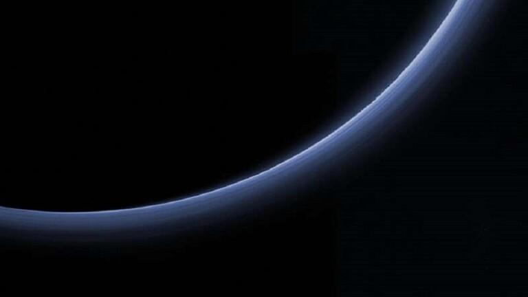صورة ملونة عالية الدقة لطبقات الضباب في جو بلوتو - بلوتو يدهش العلماء بغلافه الجوي