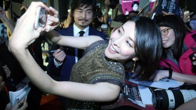 EjAcojSXsAEhA8F - وفاة الممثلة اليابانية يوكو تاكيوشي عن عمر يناهز الأربعين والاشتباه في انتحارها