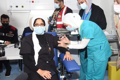 ٢٠٢٠١٢٢٤ ١٢٥٧٠٢ - جانب من حملة التطعيم ضد فيروس كورونا التي انطلقت اليوم حيث توافد عدد من كبار السن والعاملين في الصفوف الأمامية إلى قاعة التطعيم بأرض المعارض