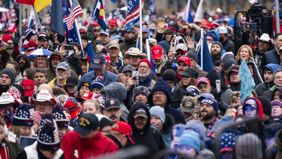 ٢٠٢١٠١٠٦ ١٥٣١٢٠ - احتشاد عشرات الآلاف من أنصار ترامب وسط واشنطن