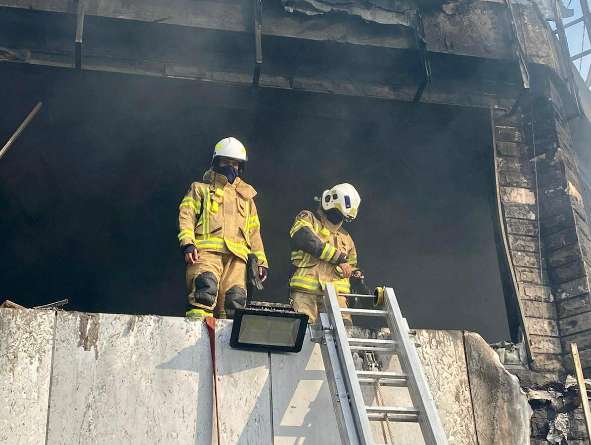 ٢٠٢١٠١١٦ ١١٥٩٤٩ - فرق الإطفاء تسيطر على حريق في معارض للأدوات الصحية بالشويخ الصناعية.      #العبدلي_نيوز