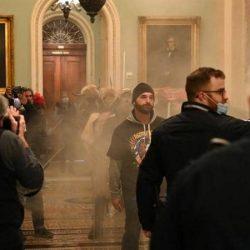 فوضى في الكونغرس.. وعمدة واشنطن تعلن حظر التجول