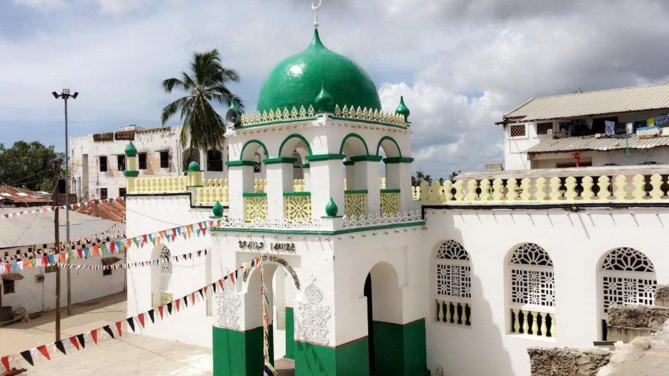 """٢٠٢١٠٤٠٨ ١٠٥٢٥٥ - مسجد لامو في كينيا: غضب بسبب """"تي شيرت"""" ارتداه جاي زي.   #العبدلي_نيوز"""