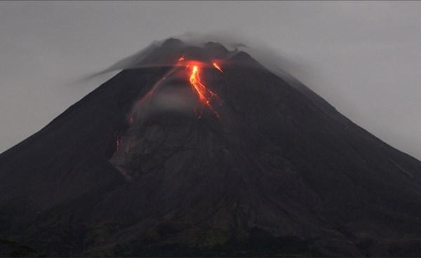 ٢٠٢١٠٤٢٠ ١٧٣٣٥٤ - بركان جبل ميرابي بإندونيسيا ينفث حمما 16 مرة ضمن نشاط جديد.  #العبدلي_نيوز