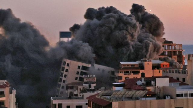 E1bbyzQWUAAAFZZ - انهيار برج الجلاء في #غزة الذي يضم مكاتب صحفية.. نتيجة القصف الصهيوني        #العبدلي_نيوز