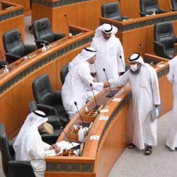 """صالح المطيري يرفع لافتة خلال تواجده في قاعة المجلس مكتوب عليها """"إرحل.            #العبدلي_نيوز"""