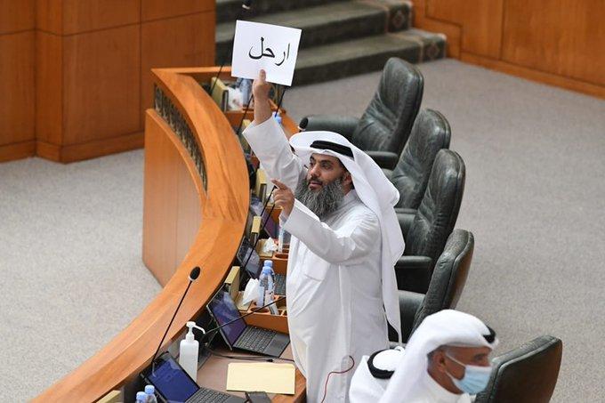 """E2NwnD7XMAENMBq 1 - صالح المطيري يرفع لافتة خلال تواجده في قاعة المجلس مكتوب عليها """"إرحل.            #العبدلي_نيوز"""