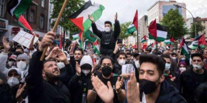 uhsVZsjU - الآلاف يحتشدون في #برلين دعماً للفلسطينيين.          #العبدلي_نيوز