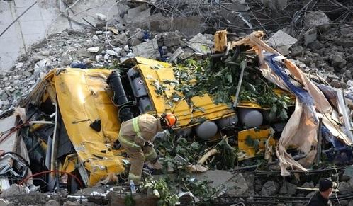 ٢٠٢١٠٦٠٩ ١٧٠٦٣٠ - مصرع 4 أشخاص وإصابة 8 آخرين إثر انهيار مبنى على حافلة في كوريا الجنوبية.   #العبدلي_نيوز