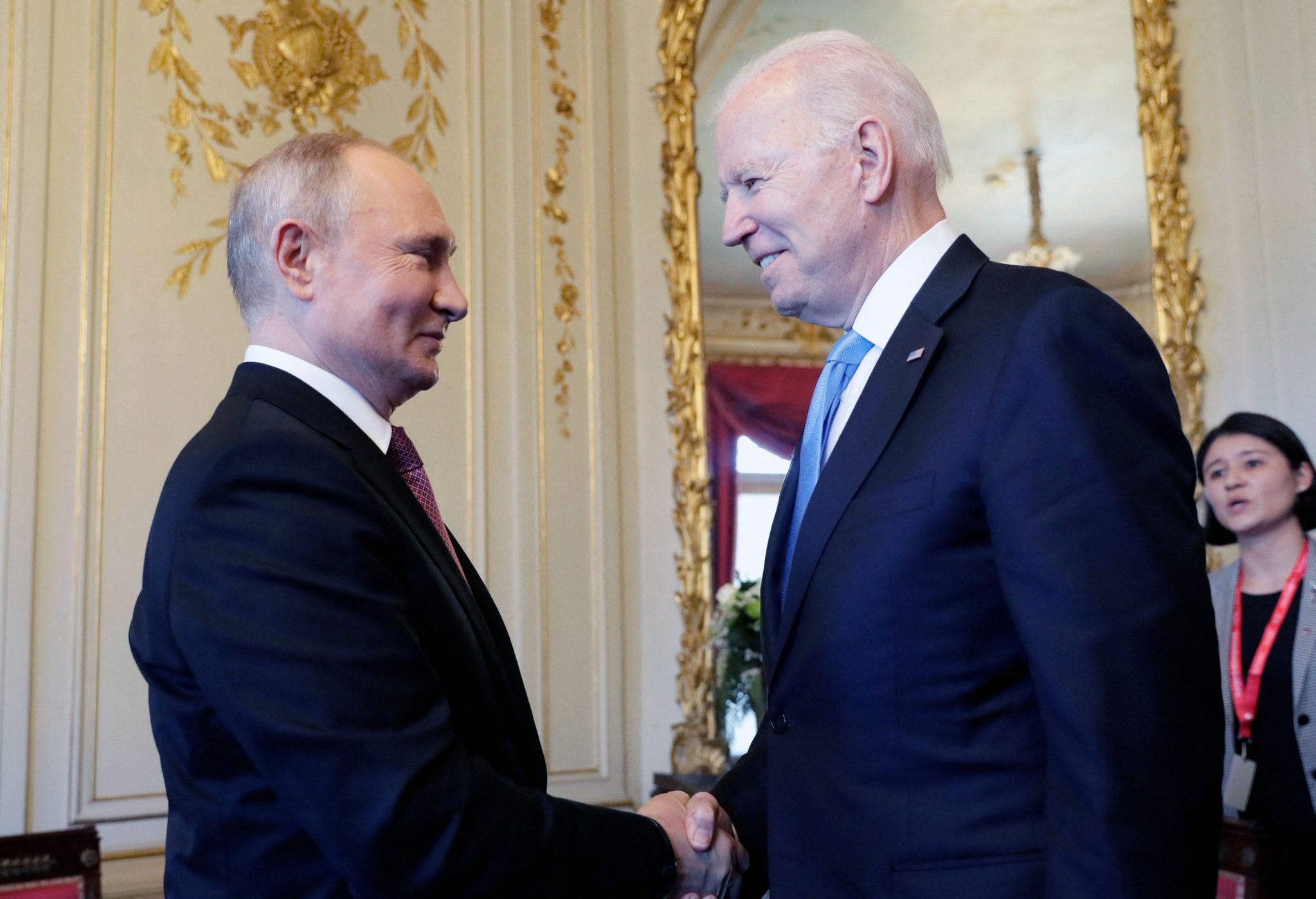 ٢٠٢١٠٦١٦ ١٤٠٩٤٧ - #بايدن و #بوتين يتصافحان مع بدء قمتهما في #جنيف.   #العبدلي_نيوز