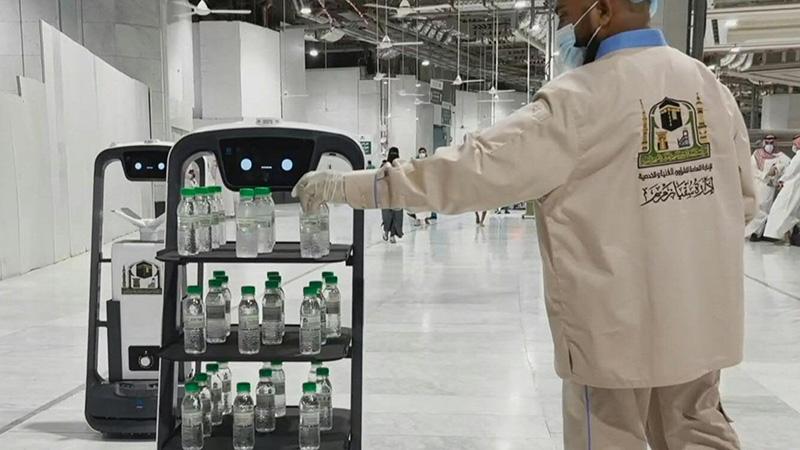 ٢٠٢١٠٦١٧ ١٥٣٣٢٧ - روبوتات لتوزيع مياه زمزم على زوار مكة حرصا على التباعد المادي.   #العبدلي_نيوز