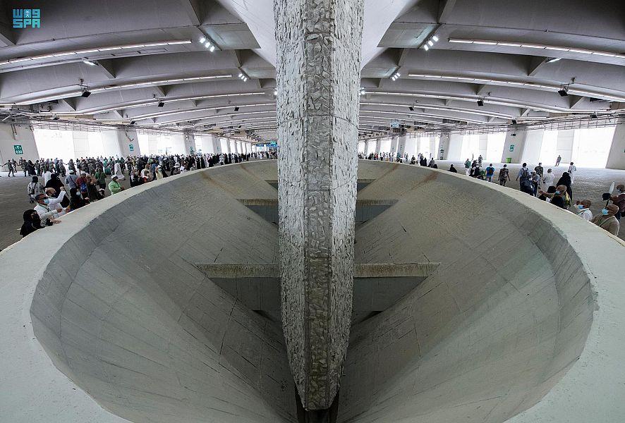 ٢٠٢١٠٧٢١ ١٥٢١٤١ - #حجاج_بيت_الله_الحرام يرمون الجمرات الثلاث في أول أيام التشريق.   #العبدلي_نيوز