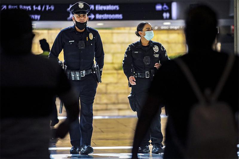٢٠٢١٠٩١٣ ٢٠١٩١٩ - موظفون بشرطة لوس أنجلوس يقاضون المدينة بسبب أوامر إلزامية بالتطعيم ضد كورونا.  #العبدلي_نيوز