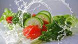 فيديو يجتاح الإنترنت يقدم طريقة ضارة لغسل الفواكه والخضروات في زمن كورونا