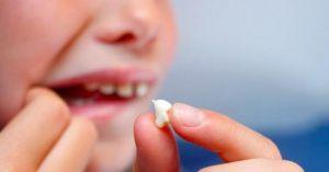 """ماذا تفعل إذا سقط أحد أسنانك وهل يمكن إعادته لمكانه؟.. """"الصحة"""" توضح"""