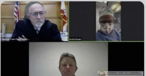 طبيب أميركي يظهر في محاكمة عبر الفيديو خلال إجرائه عملية جراحية.   #العبدلي_نيوز