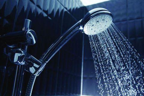 أيهما أفضل: الاستحمام ليلاً أو نهاراً؟ طبيب يكشف