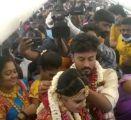 بحضور 160 شخصاً.. هندي يقيم حفل زفافه داخل طائرة هرباً من قيود كورونا